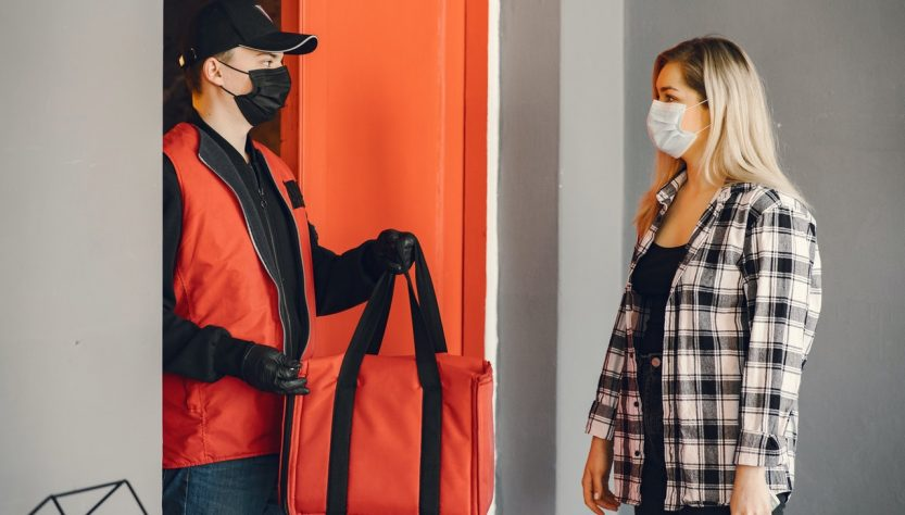 homme offrant un sac isotherme à une femme